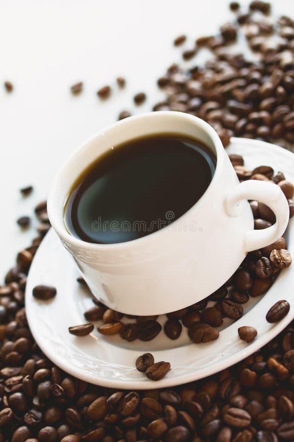 Kaffeetasse auf den Bohnen. stockfotografie