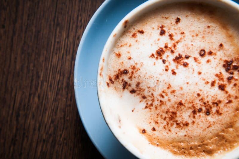 Kaffeetasse auf einem Holztisch, obenliegender Blickwinkel stockbilder
