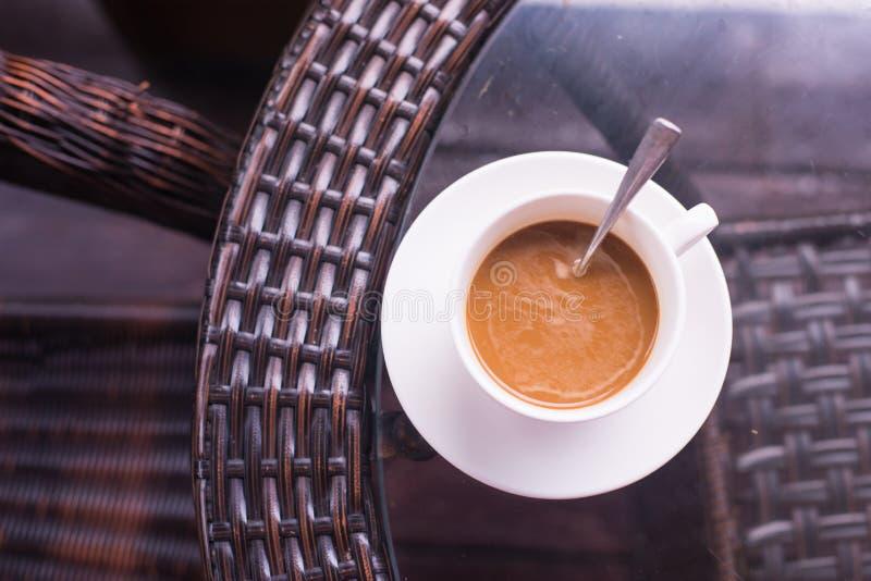 Kaffeetasse auf Tabelle lizenzfreie stockfotografie