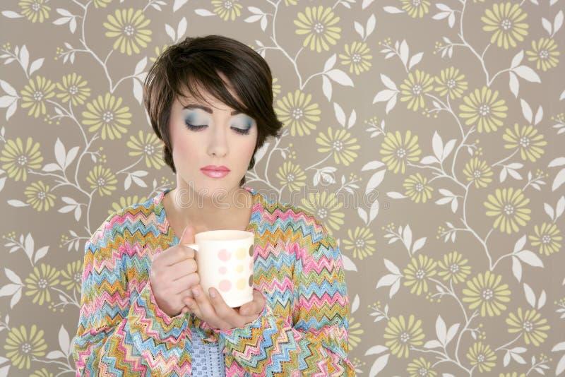 Kaffeetasse, die Retro- Frau der Art und Weise 60s trinkt stockbilder