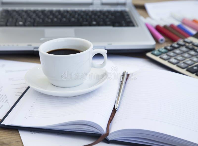 Kaffeetasse im Büro über Finanzpapieren und Tagesordnung Kaffee Bre lizenzfreie stockfotografie