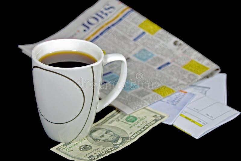 Kaffeetasse mit Anzeigen zur Zeitungssuche lizenzfreie stockfotos