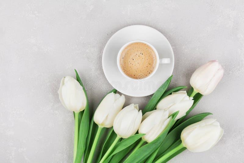 Kaffeetasse mit Frühling blüht für guten Morgen auf grauer Steintischplatteansicht in Ebenenlageart Frühstück am Mutter- oder Fra stockbild