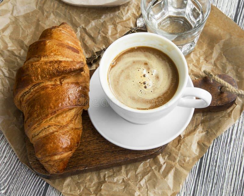Kaffeetasse mit Hörnchen Frühstücksmahlzeit mit frischem Kaffee und f lizenzfreie stockfotos