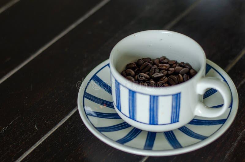 Kaffeetasse mit Kaffeebohnen der guten Qualität innerhalb 9 stockbild