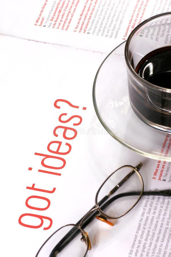 Kaffeetasse mit kreativer Zeitschrift lizenzfreie stockbilder