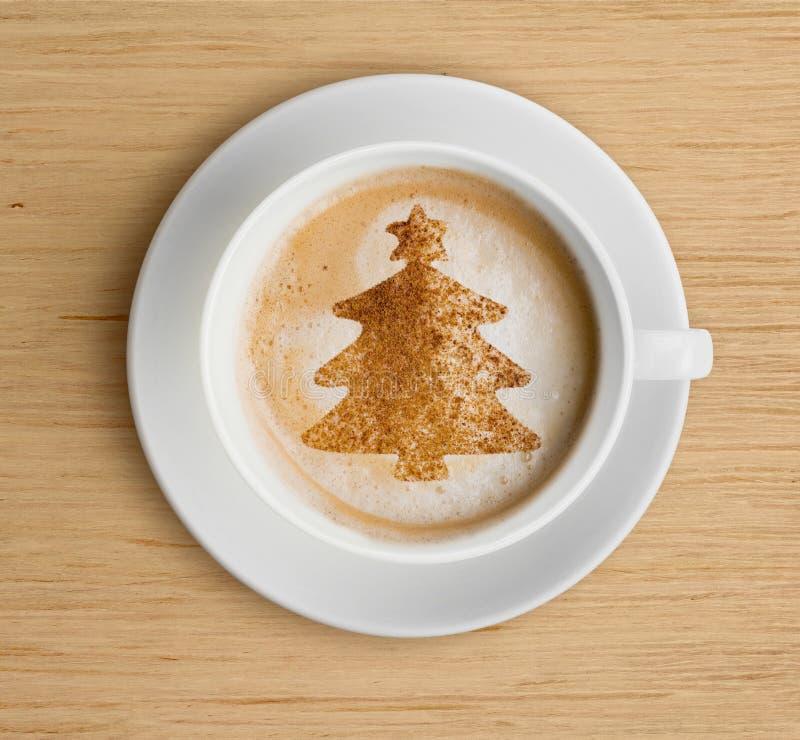 Kaffeetasse mit Schaum und Weihnachtsbaum formen stockfotos