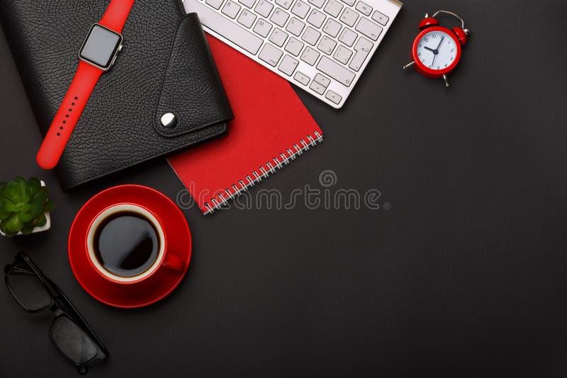 Kaffeetasse-Notizblockwecker-Blumentagebuch des schwarzen Hintergrundes schrammt rotes den Eckleerstelledesktop der Tastatur stockfotos