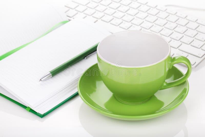 Kaffeetasse und Bürozubehöre stockfotografie