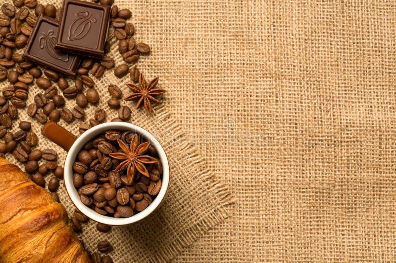 Kaffeetasse und Bestandteile auf Leinwandhintergrund lizenzfreies stockbild