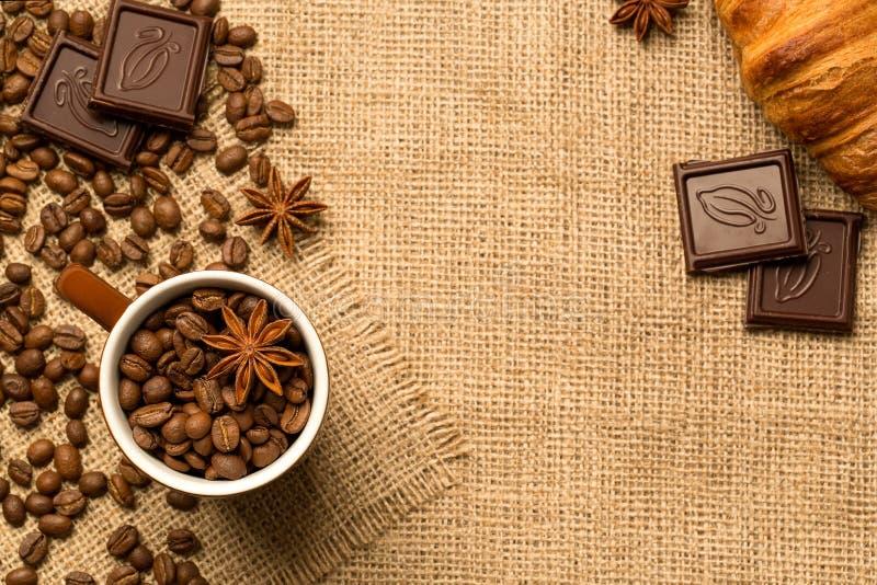 Kaffeetasse und Bestandteile auf Leinwandhintergrund stockfotos