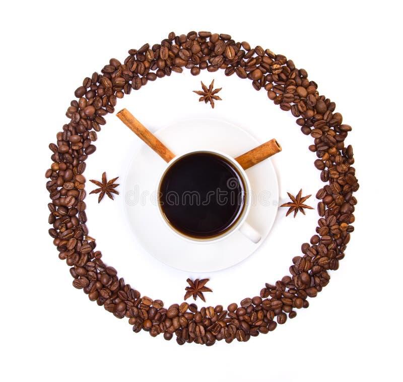 Kaffeetasse und Bohnen conventionalized zur Borduhr lizenzfreies stockbild