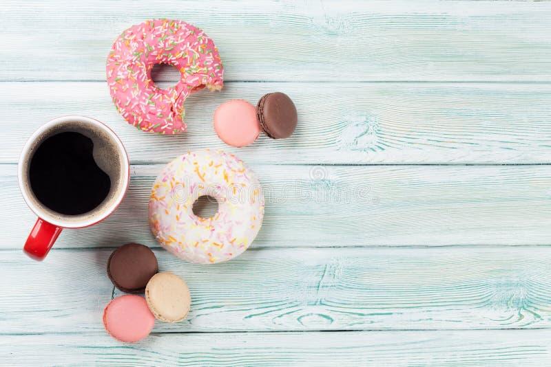 Kaffeetasse und Bonbons lizenzfreie stockbilder
