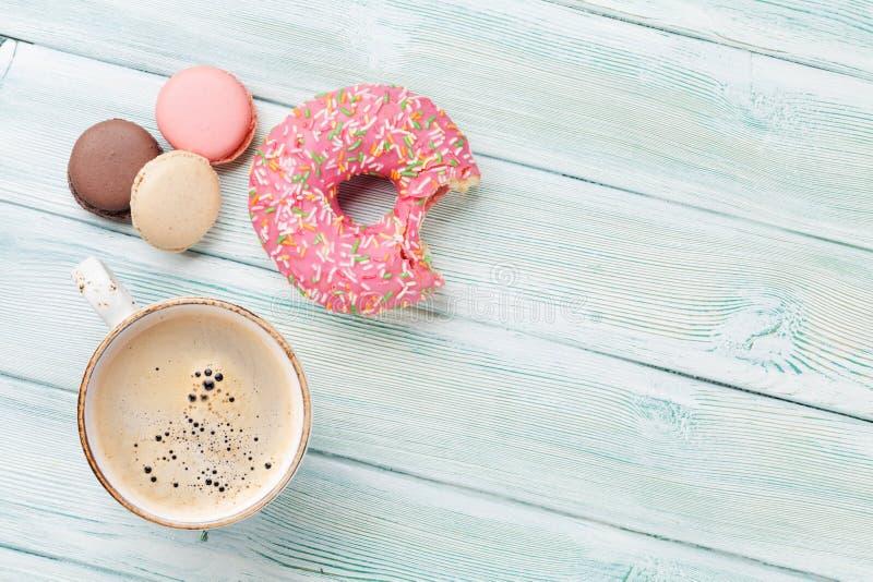 Kaffeetasse und Bonbons stockfotos