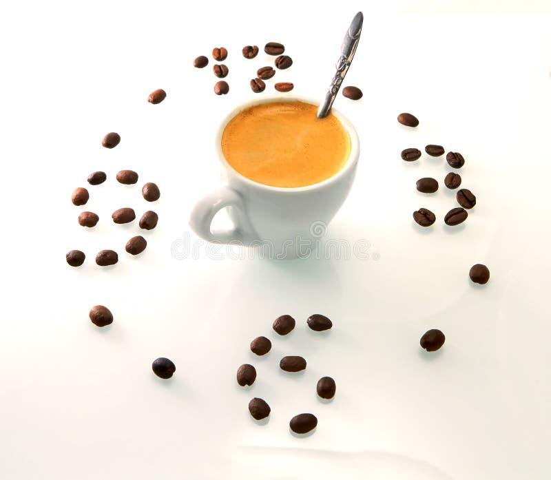 Kaffeetasse und gebratene Bohnen vereinbart als Ziffernblatt auf weißem Hintergrund Kaffeezeitsymbol lizenzfreie stockfotografie