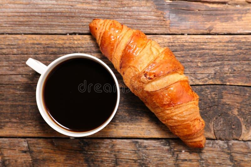 Kaffeetasse und Hörnchen lizenzfreie stockbilder