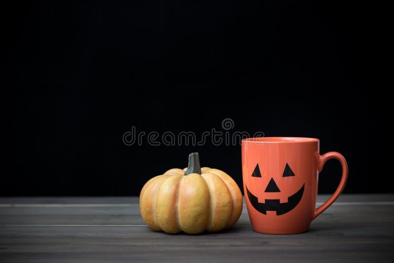 Kaffeetasse und Kürbis Ein grimmiger Minireaper, der eine Sense anhält, steht auf einem Kalendertag, der glückliches Halloween sa stockfoto