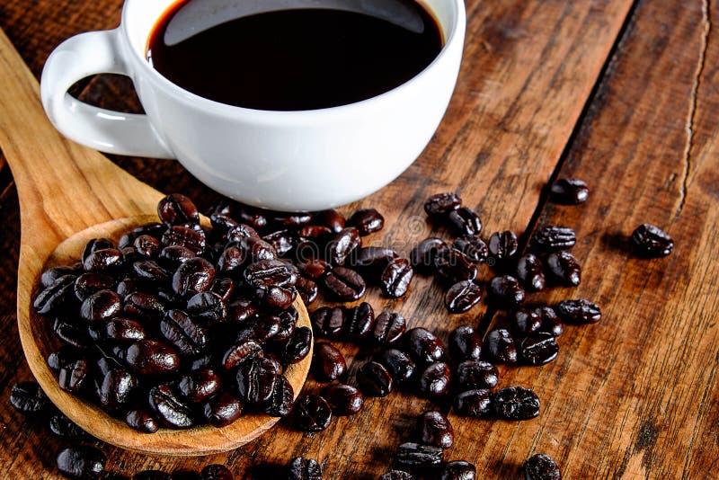 Kaffeetasse und Kaffeebohnen stockfotografie