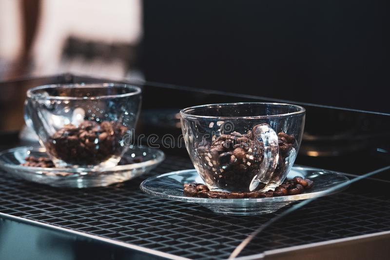 Kaffeetasse und Kaffeebohnen, Kaffeebohnen, die in Kaffeetasse fallen lizenzfreie stockfotografie