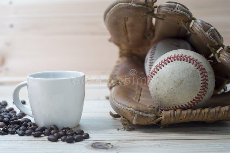 Kaffeetasse und Kaffeebohnen mit altem Baseball und Handschuh lizenzfreie stockbilder