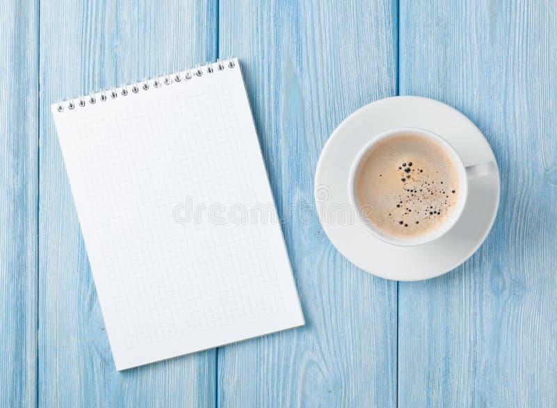 Kaffeetasse und leerer Notizblock lizenzfreies stockfoto