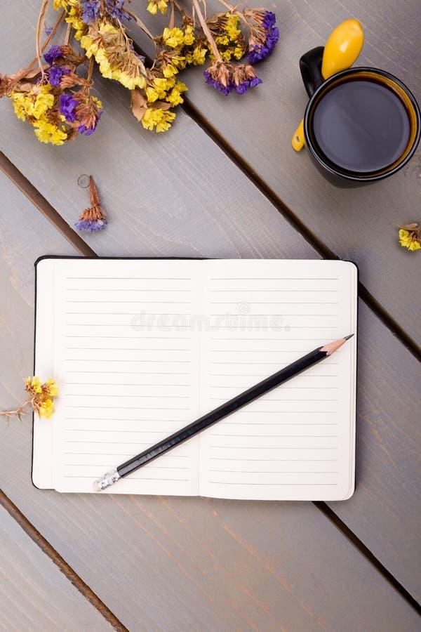 Kaffeetasse und Notizbuch auf Holztisch Guten Morgen stockfotos