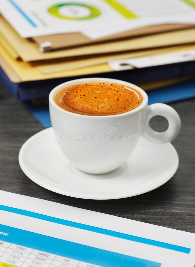 Kaffeetasse und Papiere lizenzfreie stockfotografie
