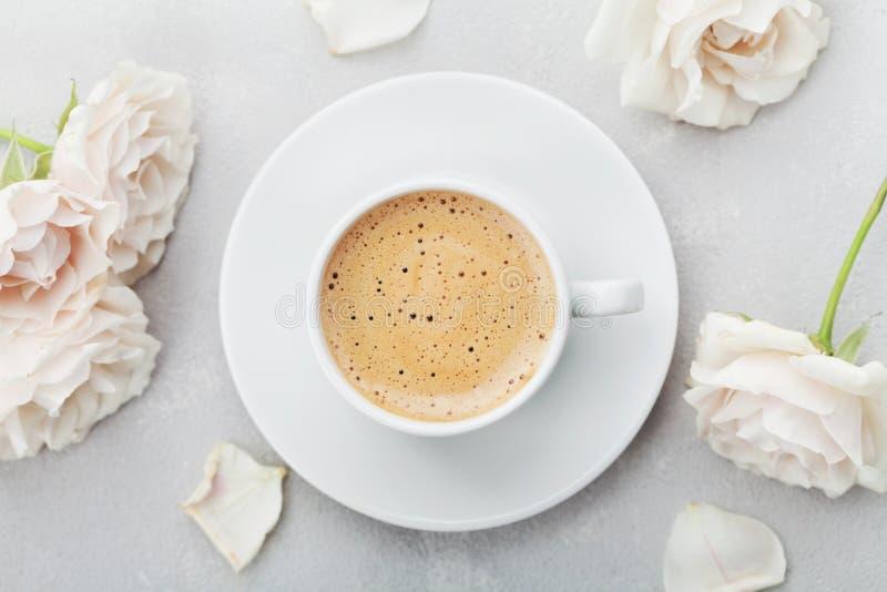 Kaffeetasse und rosafarbene Blumen der Weinlese für guten Morgen auf grauer Steintischplatteansicht in Ebene legen Art Schönes Fr lizenzfreie stockfotos