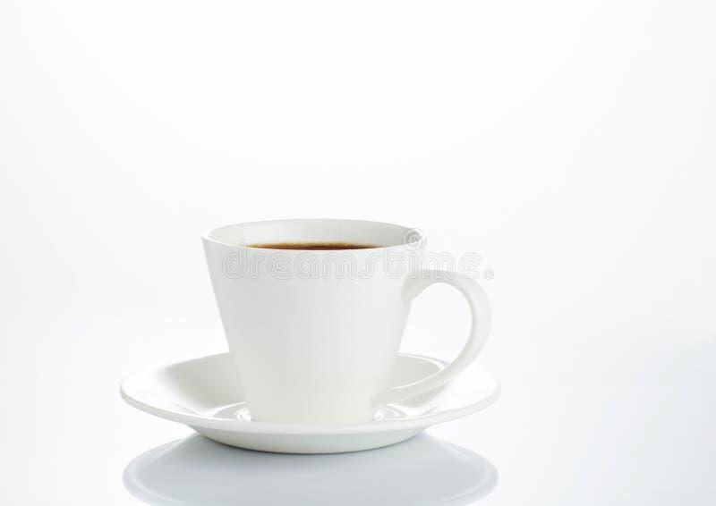 Kaffeetasse und Saucer auf einem weißen Hintergrund lizenzfreies stockbild