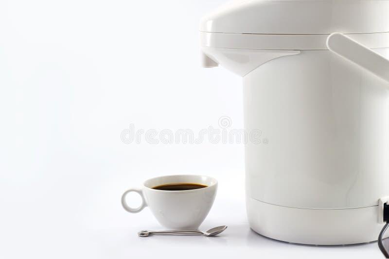 Kaffeetasse und Thermosflasche oder Vakuumflasche auf weißem Hintergrund lizenzfreies stockfoto