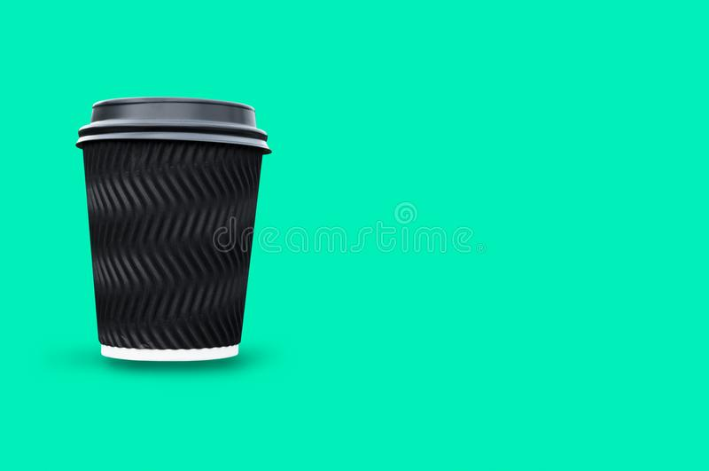 Kaffeetasseschwarzpapier lokalisiert auf Grün stockfotos