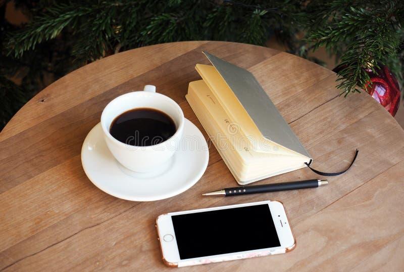 Kaffeetelefon-Bürostillleben lizenzfreies stockfoto