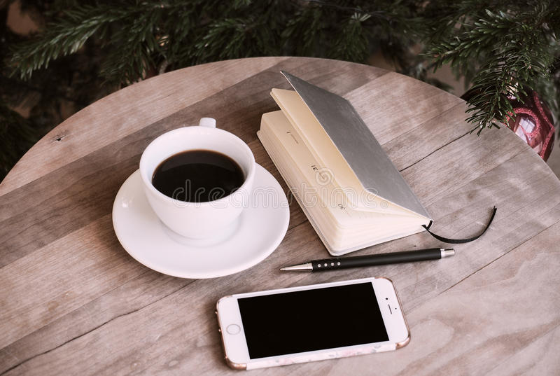 Kaffeetelefonnotizbuch-Bürostillleben stockbild