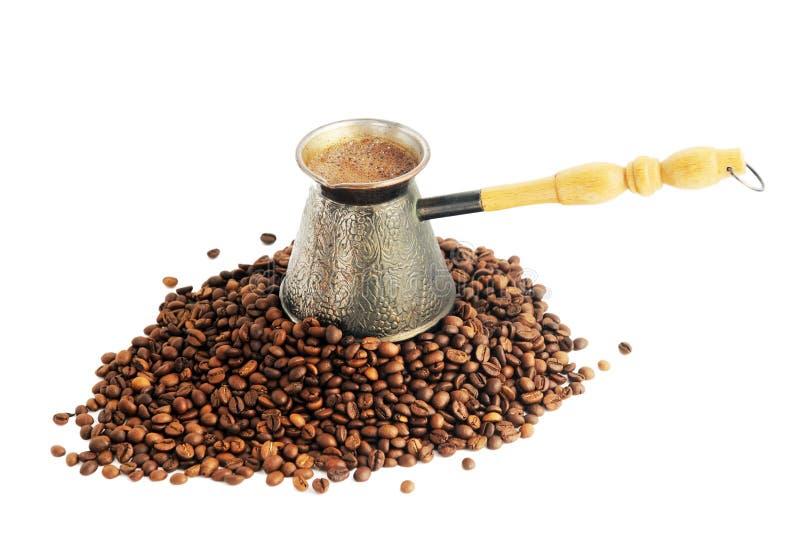 Kaffeetopf und Kaffeebohnen lokalisiert auf Weiß lizenzfreies stockfoto