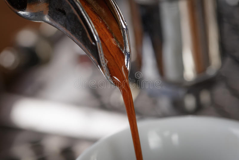 Kaffeextraktionprocess från den yrkesmässiga espressomaskinen royaltyfri fotografi