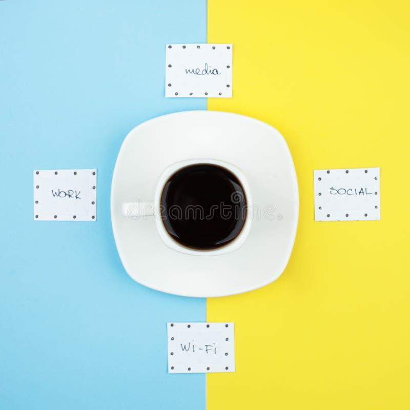 Kaffeezeit, getrennt, Kaffeepausekonzept Tasse Kaffee-Espresso und Wörter Wi-Fi, Medien, Arbeit, sozial auf Duoton hellem backg lizenzfreie stockfotografie
