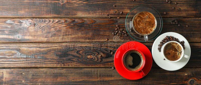 Kaffeezeitzus?tze auf h?lzernem Hintergrund, Raum f?r Text und Draufsicht stockfotografie