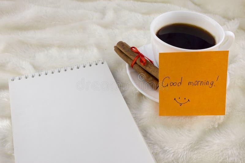 Kaffeezimtaufkleber mit einem Kaffee des guten Morgens der Aufschrift stockbild
