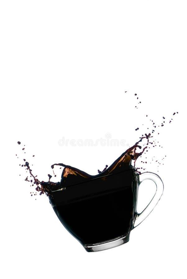 Kaffefärgstänk i klar glass bunke arkivbilder