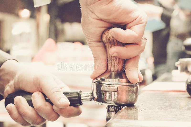 Kaffeförberedelse vid Barista i kafét royaltyfria bilder