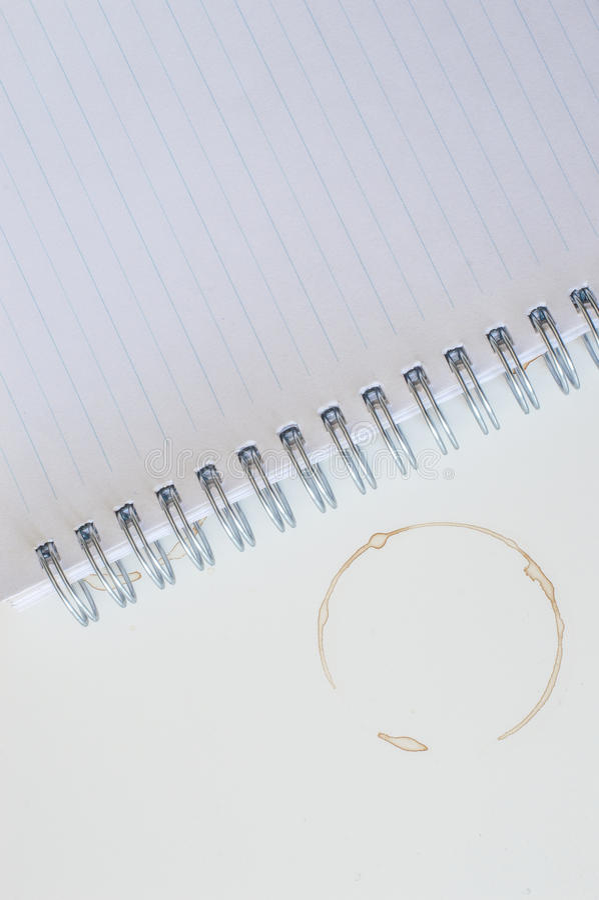 Kaffefläckar och anteckningsbok arkivfoton