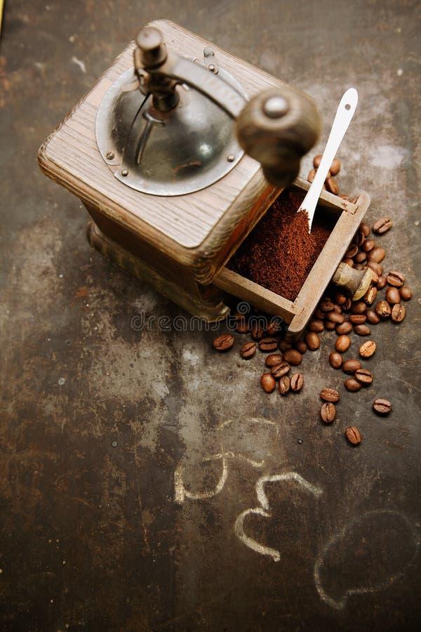 Kaffegrinder med bönor och slipat kaffe royaltyfria foton
