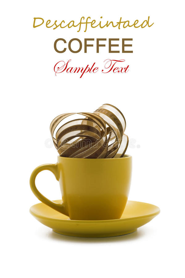 Kaffeinfreier Kaffee in der gelben Schale. Begriffs-Reihe. lokalisiert stockfotos