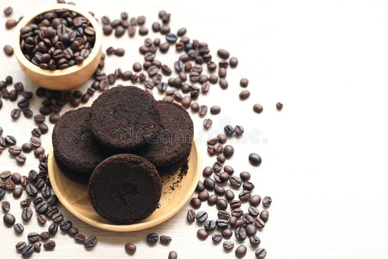 Kaffejordning och kaffebönor på träbakgrund, skönhet och sunt omsorgbegrepp arkivfoto