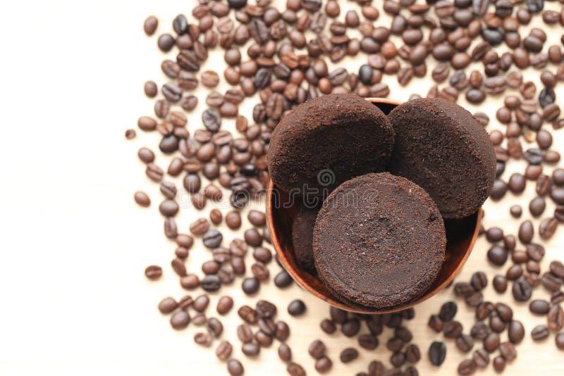 Kaffejordning och kaffebönor på träbakgrund, skönhet och sunt omsorgbegrepp arkivfoton