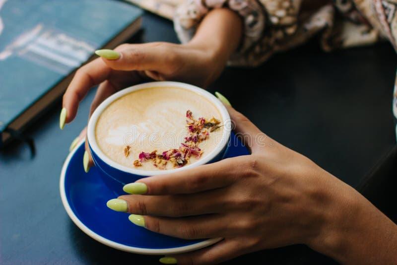 Kaffekopp av cappuccino med lattekonst arkivfoton