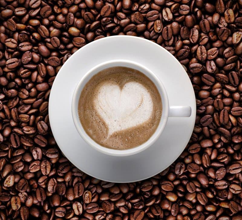 Kaffekopp av förälskelse, LATTEKONST, hjärtaform gembana arkivfoto