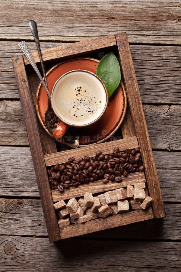 Kaffekopp, grillade bönor och farin arkivfoto