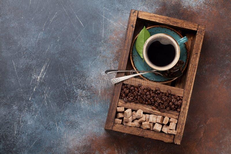 Kaffekopp, grillade bönor och farin royaltyfri bild