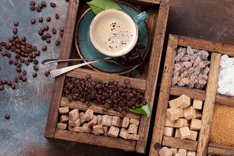 Kaffekopp, grillade bönor och farin arkivbilder